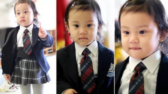 星二代们和咱家孩子穿童装校服,咱家娃:我穿校服体现其功能